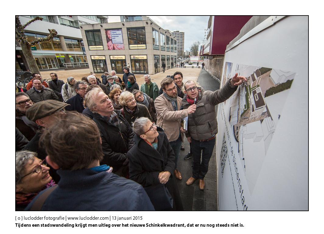 Vooraf aan het debat over de toekomst van (het centrum van) de stad Heerlen in Schunck (Glaspaleis) werd vanmiddag een stadswandeling gehouden langs onder andere het Maankwartier en het Schinkelkwadrant. Hier krijgt men uitleg over het nieuwe Schinkelkwadrant. In de achtergrond de door enkele zichtlijn dodende lelijke blokken op de promenade.