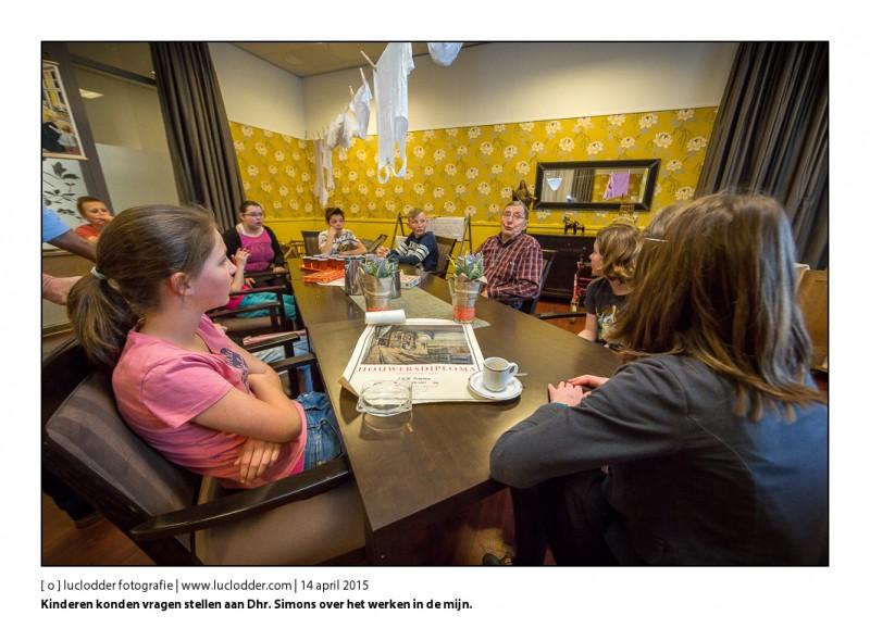 De kinderen konden vragen stellen aan Dhr. Simons over het werken in de mijn. Schoolkinderen van Groep 8 BS De Kleine Wereld maken een speurtocht door het verzorgingstehuis Langedaal in Vaals om samen met de oudjes te kijken naar restanten van de mijnbouw in Zuid-Limburg.