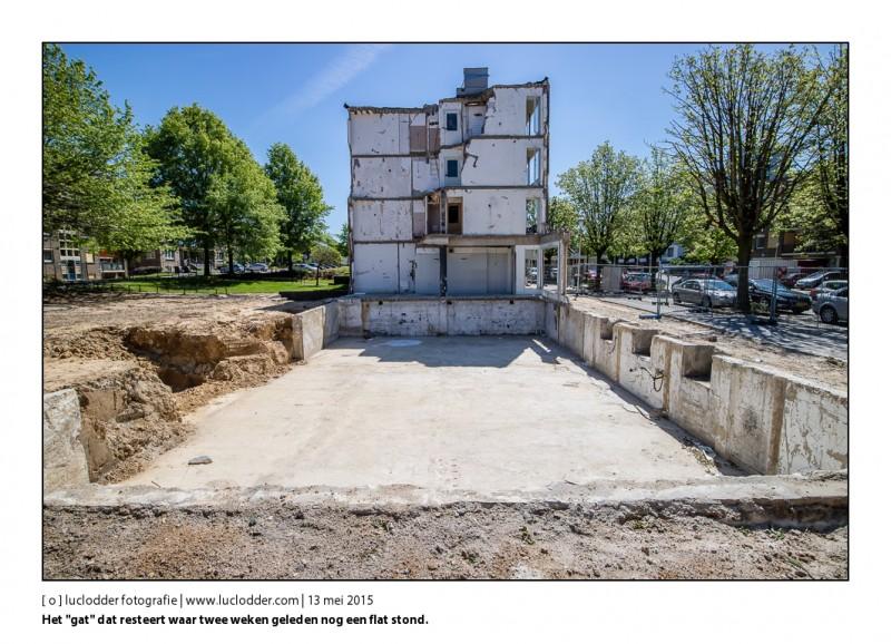 """Het """"gat"""" dat resteert waar twee weken geleden nog een flat stond. Twee weken na de explosie in de Van Weerden Poelmanstraat"""