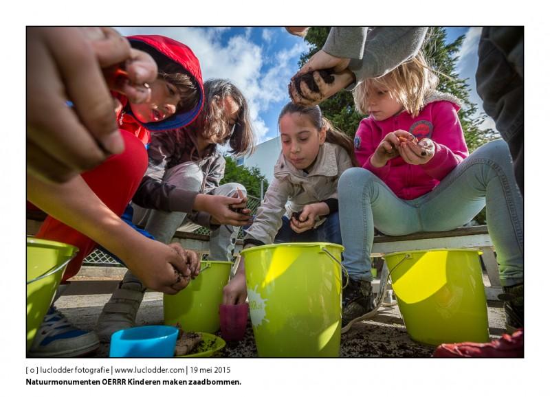 Natuurmonumenten OERRR Kinderen maken zaadbommen.