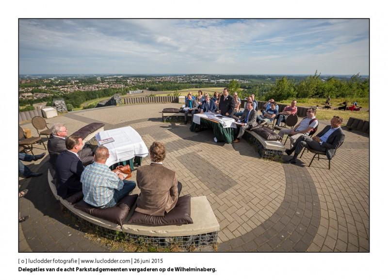Delegaties van de acht Parkstadgemeenten vergaderen op de Wilhelminaberg over een nieuw, bestuurlijk initiatief.