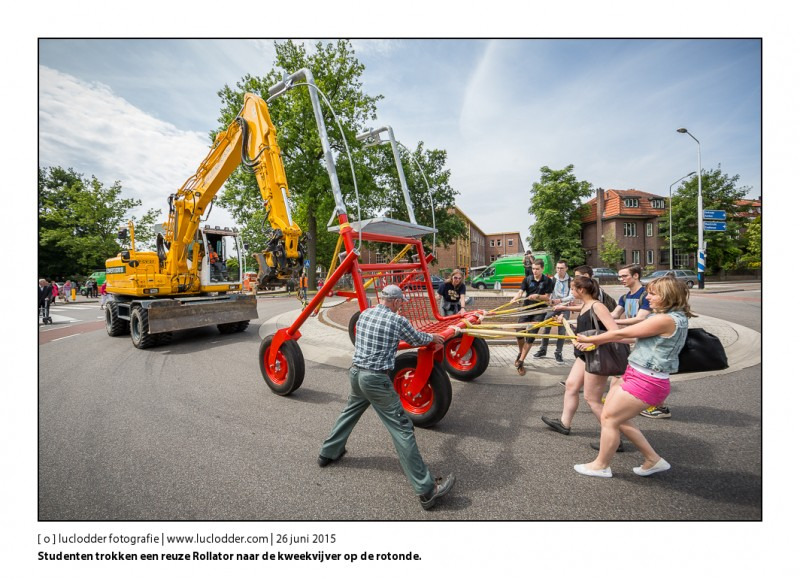 Op de rotonde achter het Bernardinuscollege (Sint Franciscusweg ) wordt een nieuw kunstobject geplaatst: een gigantische rollator van een paar meter hoog. Studenten trokken hem naar de rotonde en daarachter liepen wat ouderen met rollater en jongeren in een optocht.