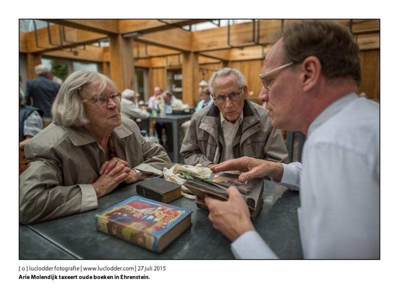Arie Molendijk taxeert oude boeken in Ehrenstein.